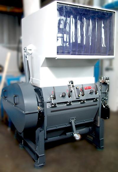 Eine solche Trichtermühle vom Typ RS 45090 zeigt Getecha auf der K in Halle 9 mit einem schallgedämmtem Mahlgehäuse sowie mit zusätzlichen Bypass-Trichtern an der Seite und an der Rückwand für die Zuführung von Rohren, Profilen und Plattenmaterial (Foto: Getecha GmbH)