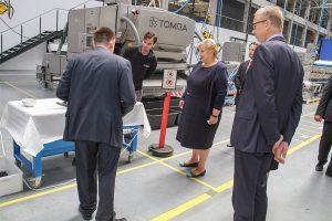 Norwegens Premierministerin, Erna Solberg (abgebildet), sagte, sie sei 'sehr beeindruckt' nach einem Rundgang durch die Tomra Anlage in Senec, Slowakei (Foto: Tomra)